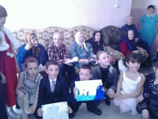 Ученики воскресной школы посетили дом престарелых в с. Лада